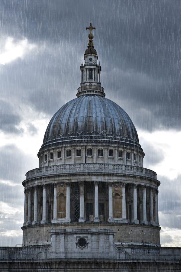Hällregn över Sts Paul domkyrka i London arkivbilder