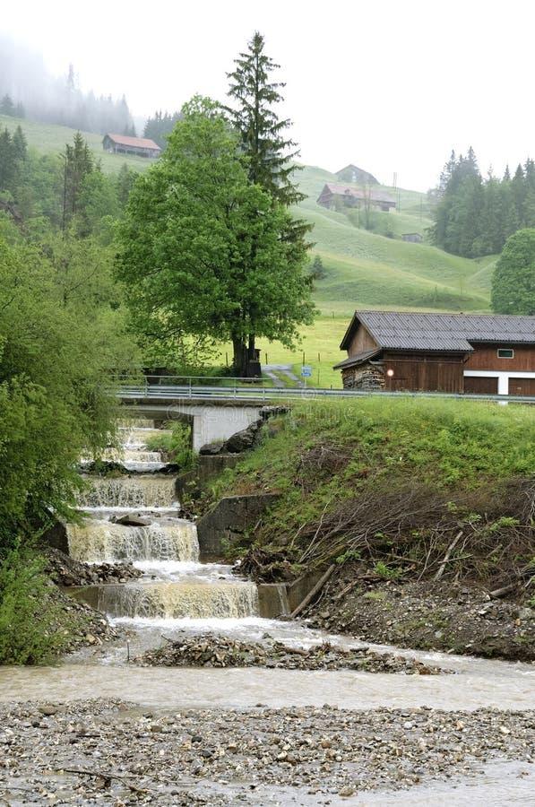 Hällregn i schweizisk klimatförändring för berg tack vare fotografering för bildbyråer