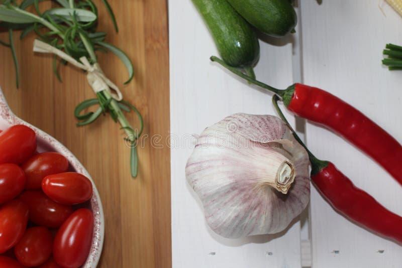 hälsa mat, gräsplan, grönsaker, strikt vegetarian, gurka, lök, gräslökar, vitlök, lökuppsättning, örter, dill, överkant, persilja royaltyfria bilder