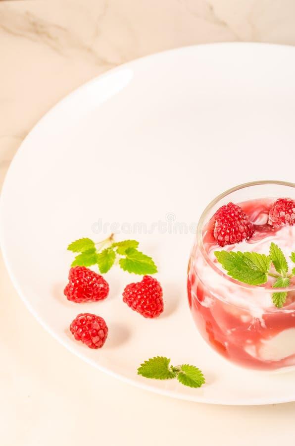 Hälsa och att banta begrepp/den sunda frukosten: exponeringsglas med yoghurt eller mjölkar, den nya bär och mintkaramellen över v arkivfoton