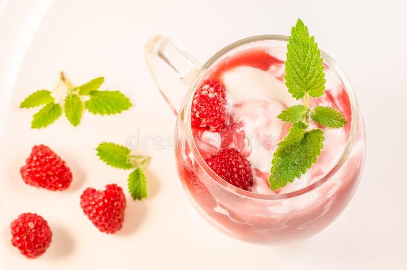 Hälsa och att banta den sunda frukosten för begrepp - yoghurt med hallonet och mintkaramellen, bästa sikt royaltyfri bild