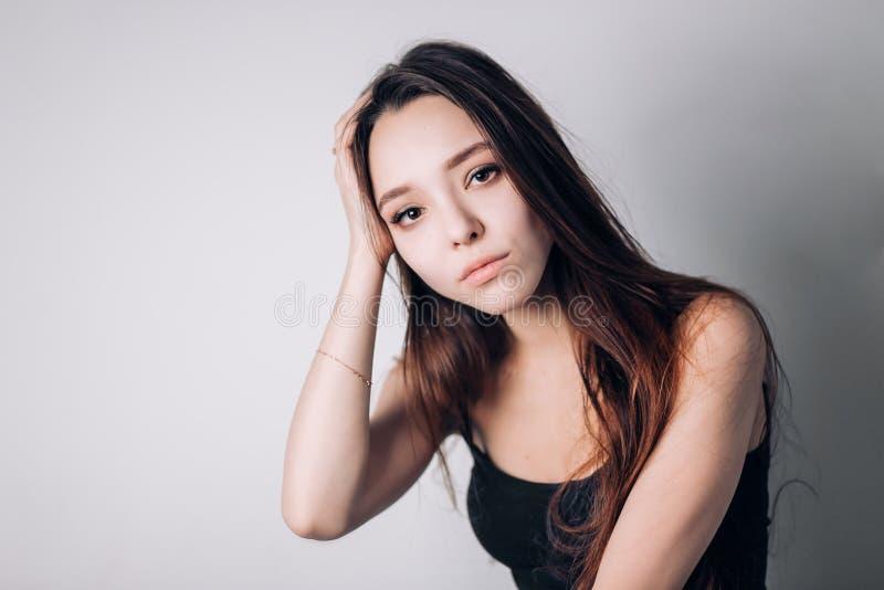 Hälsa och smärtar Stressad utmattad ung kvinna som har stark spänningshuvudvärk arkivfoton