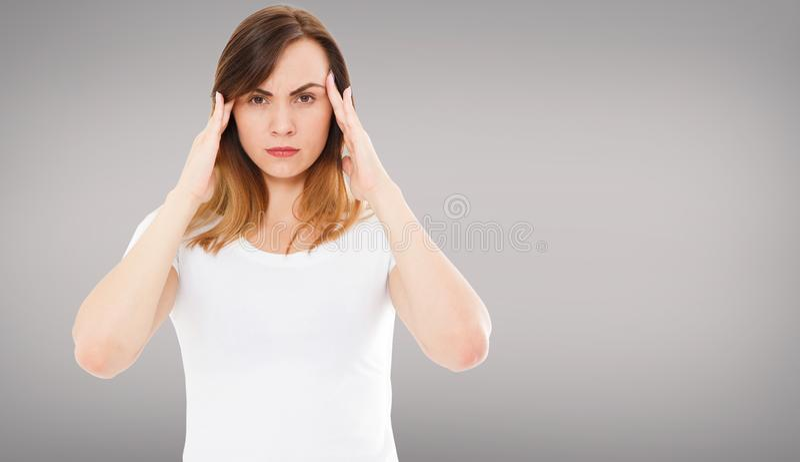 Hälsa och smärtar Stressad utmattad ung kvinna som har stark spänningshuvudvärk Closeupstående av härligt sjukt flickalidande royaltyfria foton