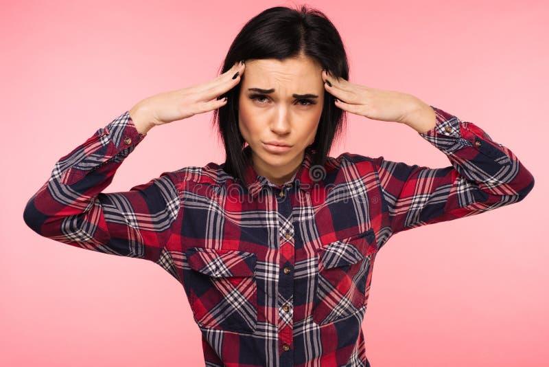 Hälsa och smärtar Stressad utmattad ung kvinna som har stark spänningshuvudvärk Closeupstående av härligt sjukt flickalidande royaltyfri bild