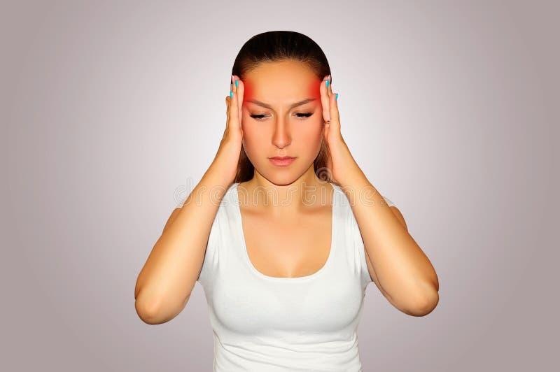 Hälsa och smärtar Ung kvinna som har stark spänningshuvudvärk clo royaltyfri bild