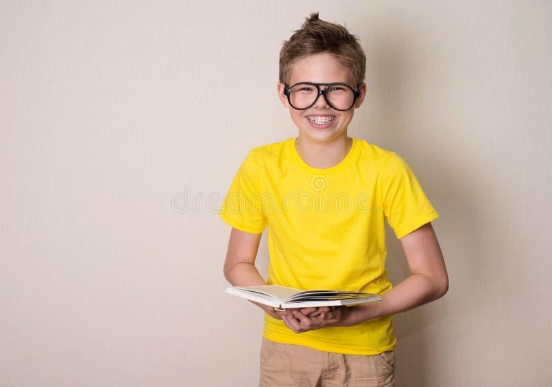Hälsa, utbildning och folkbegrepp Lycklig tonårig pojke i hänglsen a royaltyfri fotografi