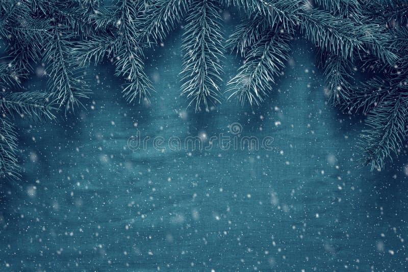 Hälsningbakgrund för glad jul och för lyckligt nytt år med granträdfilialer och träleksaker royaltyfria foton