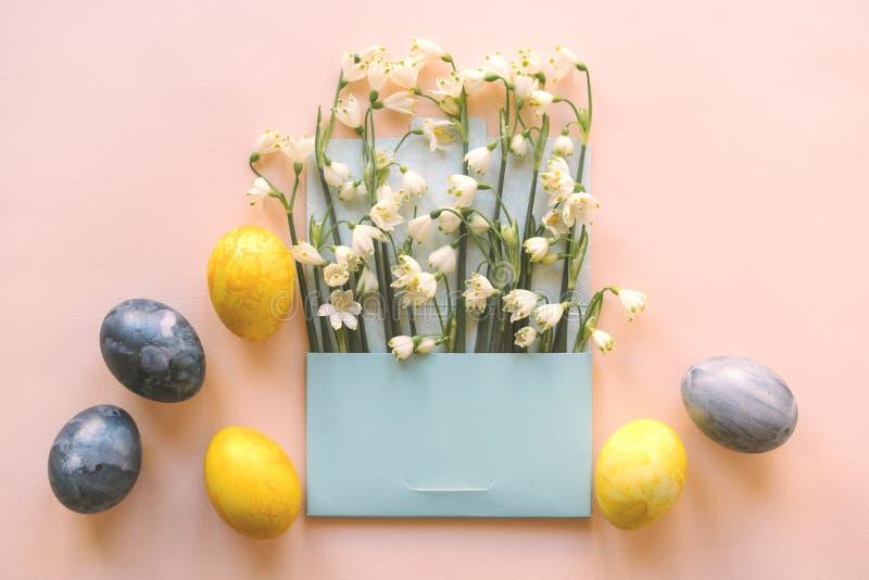 Hälsningkort, kuvert med blommor och easter ägg, katolskt begrepp arkivbilder