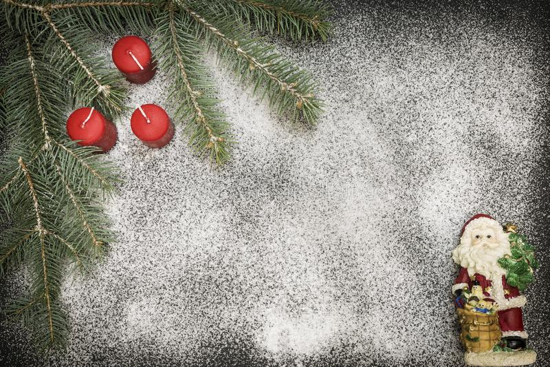 Hälsningkort med festlig garnering på snöbakgrund som simulerar socker arkivbild