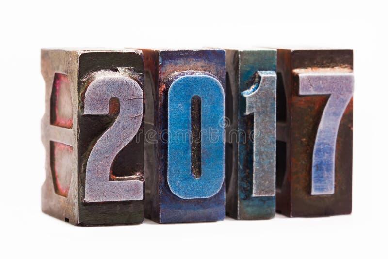 Hälsningkortet 2017 för det lyckliga nya året med färgrik retro boktryck skriver Idérik designbeståndsdel på vit bakgrund arkivfoton