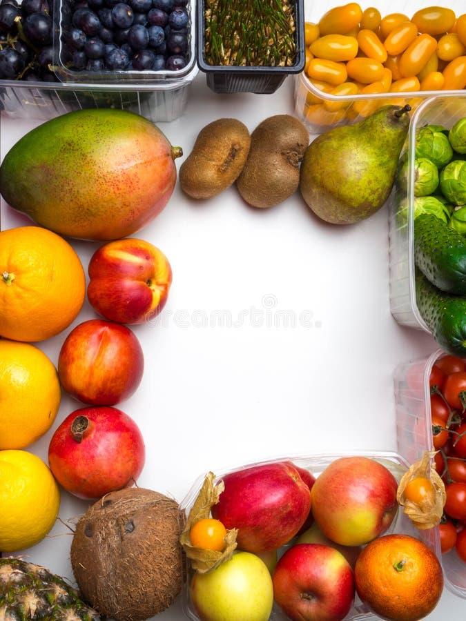 Hälsokost för konditionbegrepp med mejeri, ny frukt, grönsaker, veteplantor som är höga i antioxidants, protein, anthocyanins, royaltyfri bild