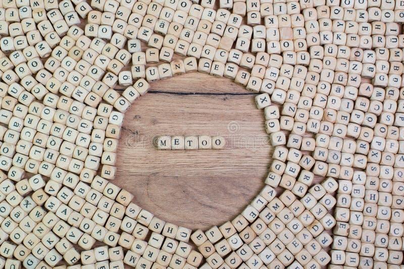 Hälsonamnet i bokstäver på kuben tärnar på tableMeToohashtag, tysk text för mig för hashtag, ord i bokstäver på kuben tärnar på t arkivbild