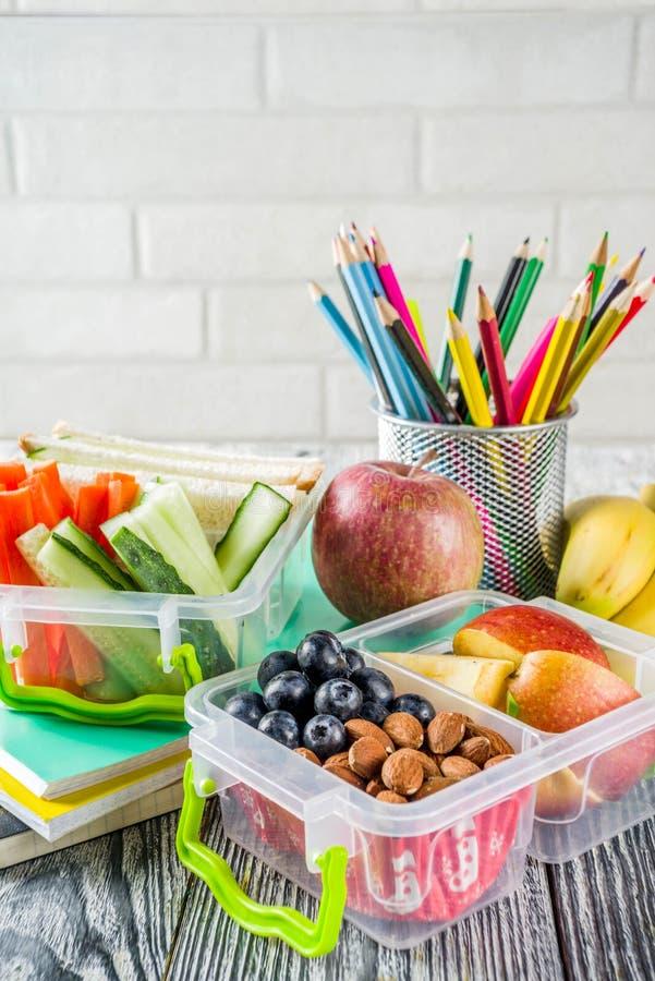 Hälsosam lunchlåda i skolan arkivbild