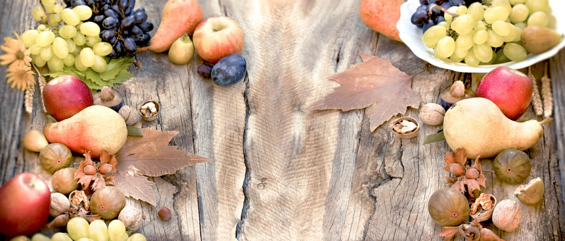 Hälsosam mat på rustik föda, säsongsbunden - ekologisk frukt på hösten royaltyfri bild