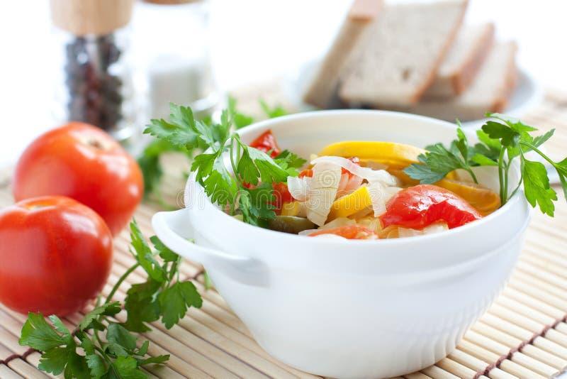 Hälsosamma grönsaker som ångas. Sund mat royaltyfri fotografi