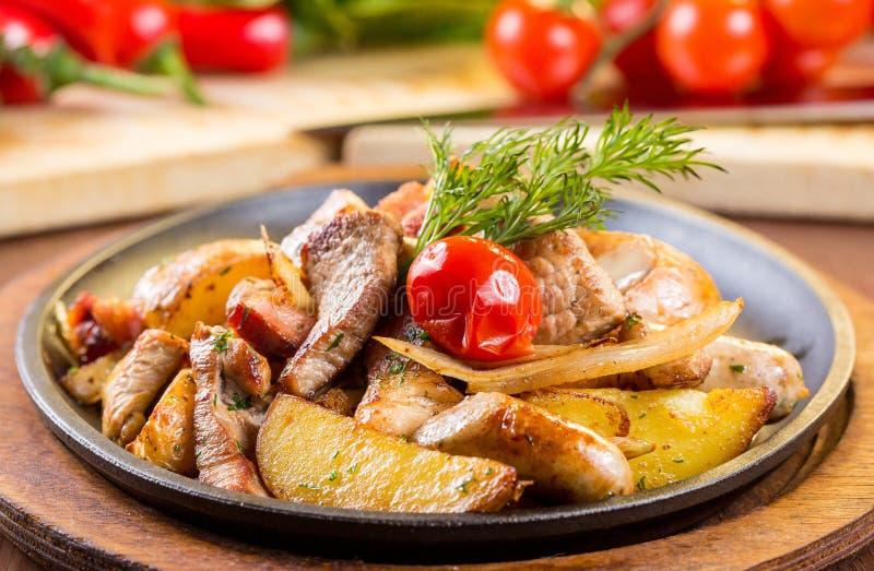 Hälsosamt uppläggningsfat av blandade kött inklusive grillad biff, frasig panerad höna och nötkött på en säng av den nya lövrika  arkivbilder