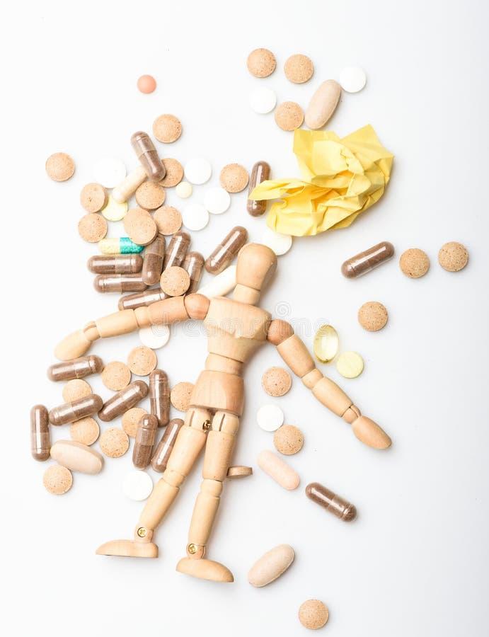 Hälsovård och problem Immunitet- och medicinvitaminer Överdos och död Medicinrecept falskt mänskligt trä royaltyfria foton