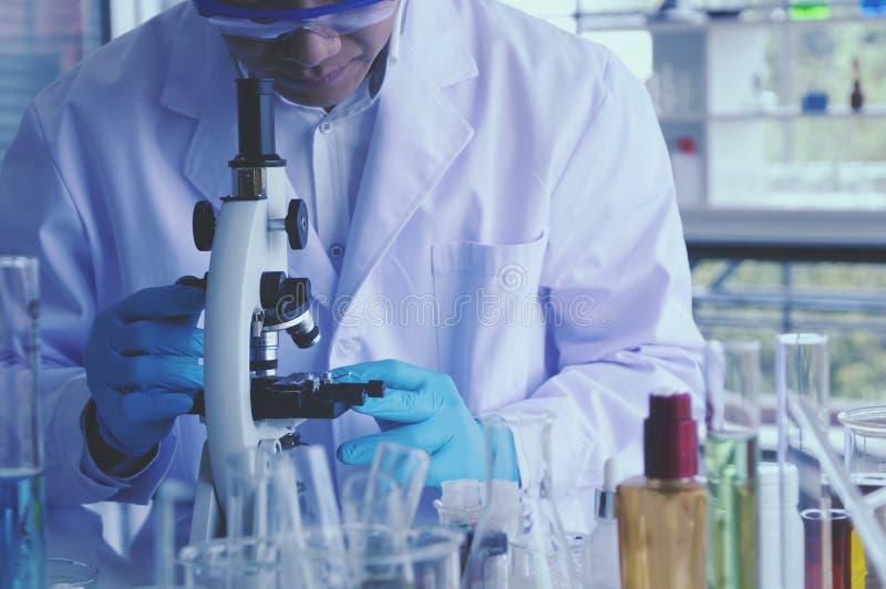 Hälsovårdforskare som arbetar i vetenskaperna om olika organismers beskaffenhetlaboratorium fotografering för bildbyråer
