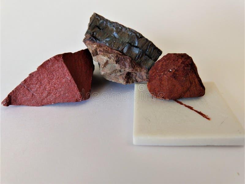 Hämatitmineralstreifen auf Porzellanplatte stockfotografie