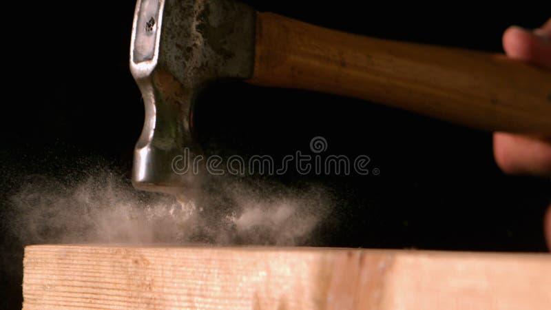 Hämmern Sie das Schlagen eines Nagels in hölzerne Planke stock footage