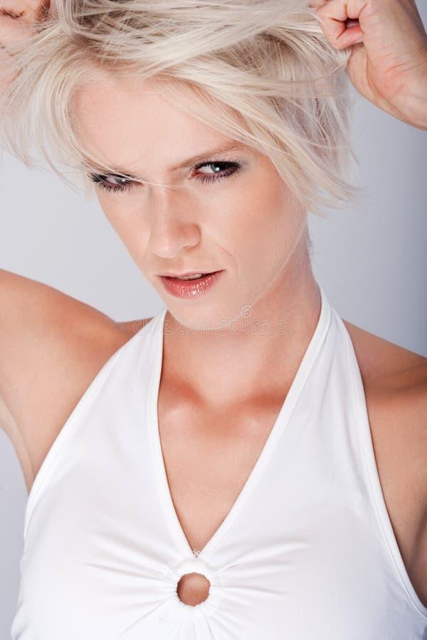 Hämndlysten ilsken ung blond kvinna arkivfoton