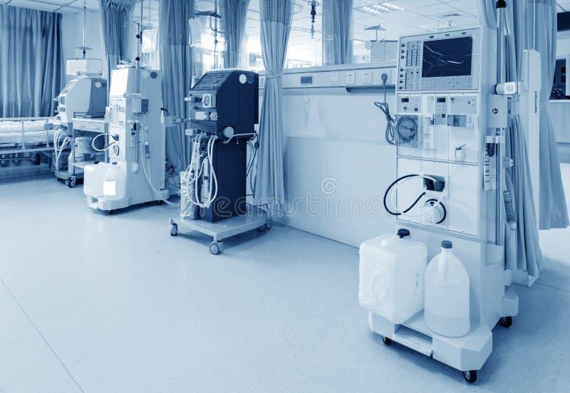 Hämodialysemaschine in einer Krankenstation stockbilder