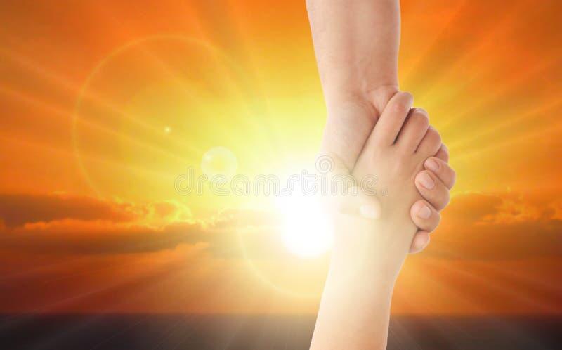 Händchen gegen helles Sonnenlicht halten stockfotos