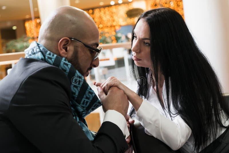 Händchenhalten des arabischen Mannes und eines Mädchens stockfoto