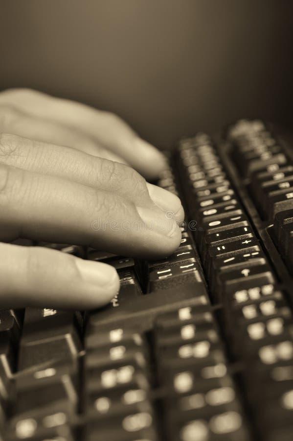 Hände über der Tastatur lizenzfreie stockbilder