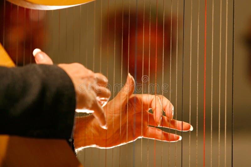 Hände auf Harfe stockfoto