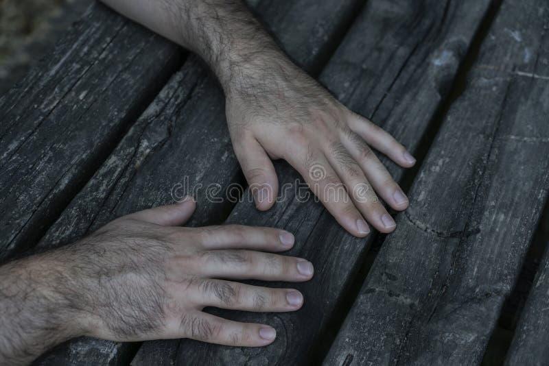 Hände auf Holztisch stockbilder
