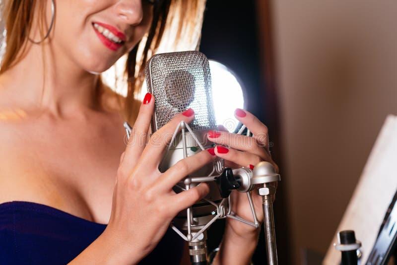Hände auf Mikrofon stockfotografie
