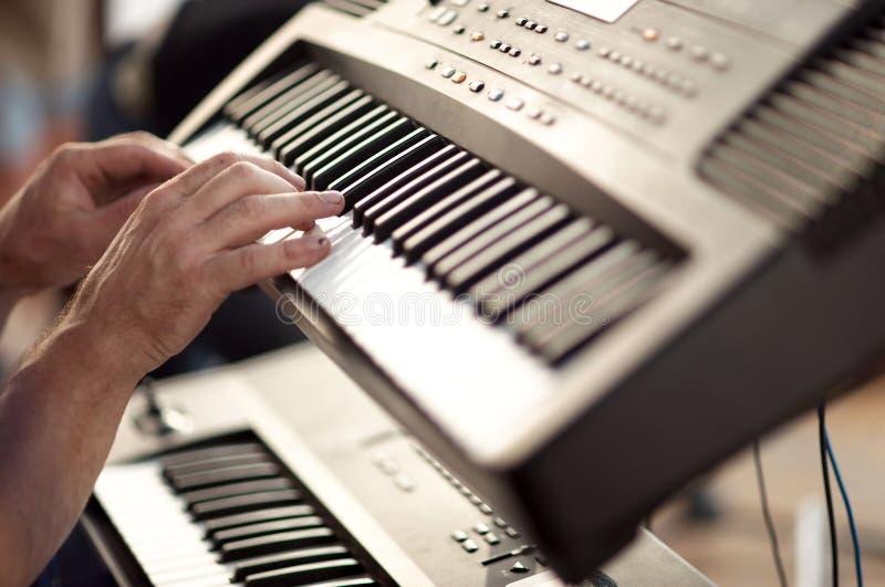 Hände auf Tastaturen stockbilder