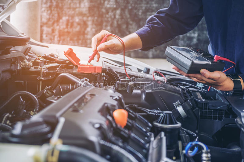 Hände Automechanikerdes arbeitsautoreparaturservices lizenzfreies stockfoto