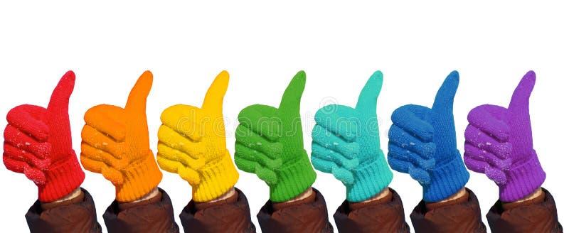 Hände in den Regenbogenhandschuhen zeigen Geste-O.K. auf Weiß lizenzfreies stockbild