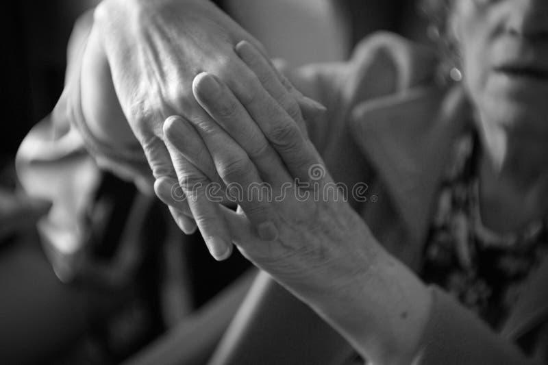 Hände der älteren Frau mit Alzheimer lizenzfreies stockbild