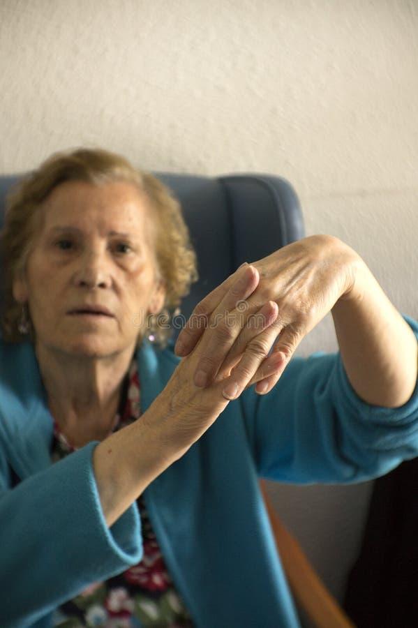 Hände der älteren Frau mit Alzheimer stockfotos
