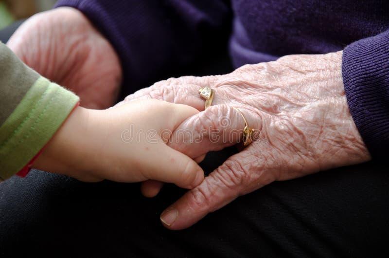 Hände der alten Frau stockbild
