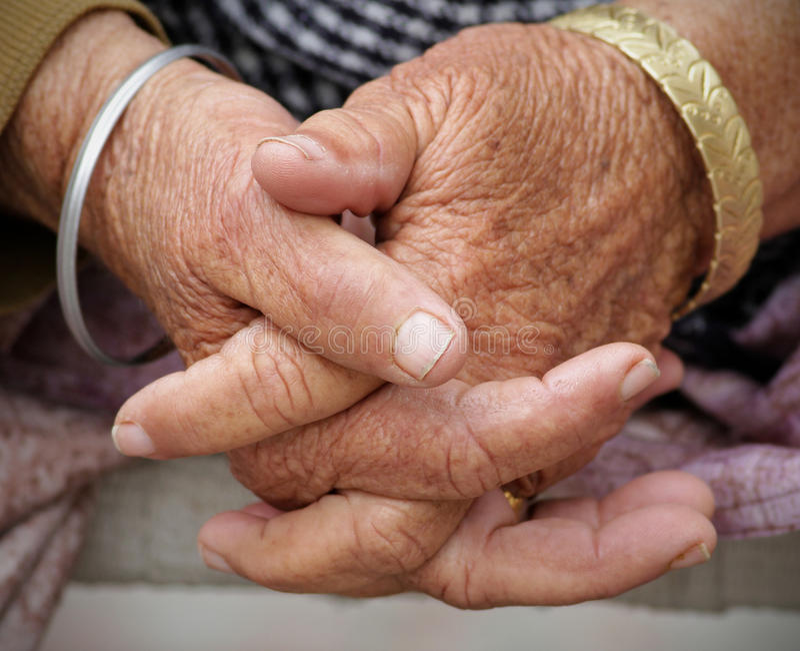 Hände der alten Frauen stockbild