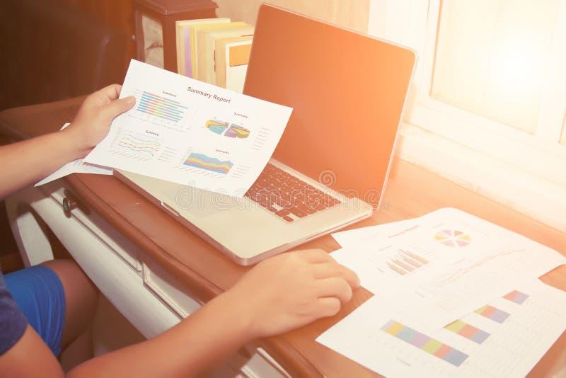 Hände der Analysegeschäftsbuchhaltung auf Papierdiagramm und Laptop lizenzfreies stockfoto