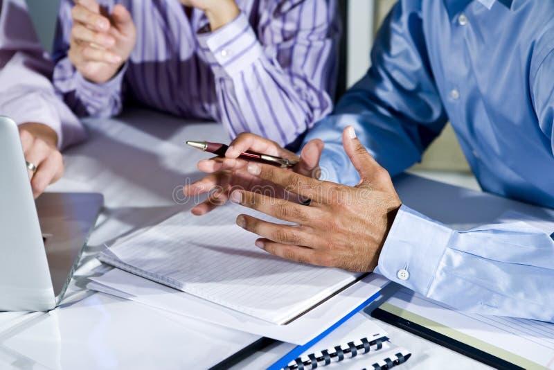 Hände der Büroangestellten, die an Laptop arbeiten stockbilder