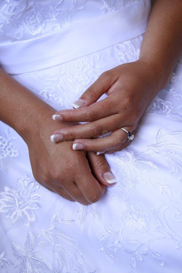 Hände der Braut stockfoto