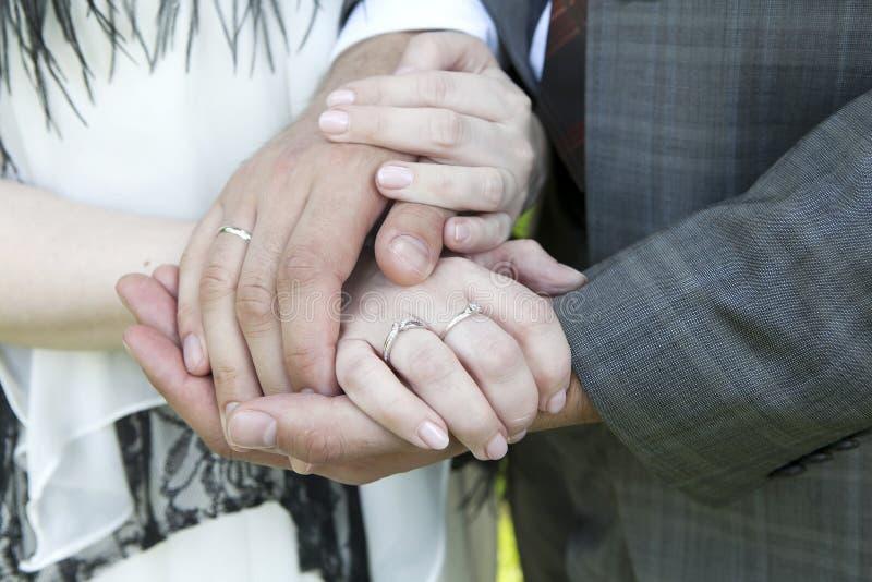 Hände der Braut und des Bräutigams mit Hochzeitsringen lizenzfreies stockfoto