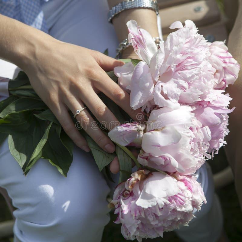 Hände der Braut und des Bräutigams mit Hochzeitsringen lizenzfreie stockfotos