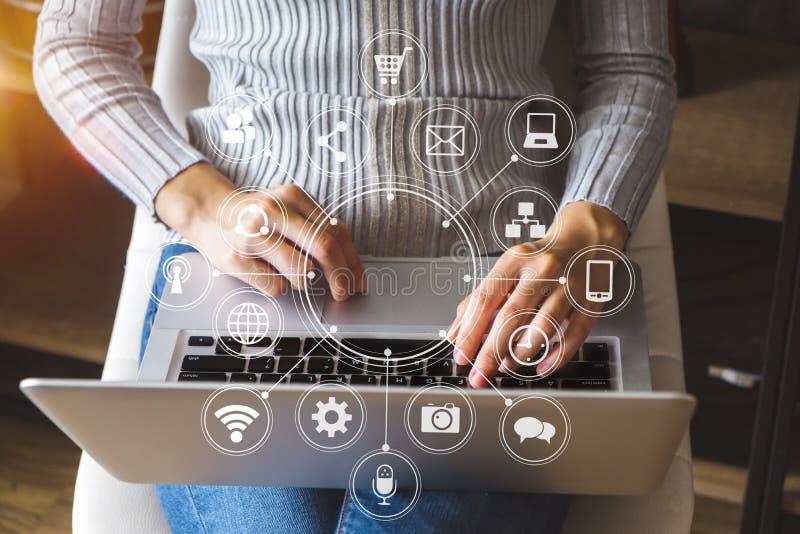 Hände der Frau, die Handy im modernen Büro verwendet stockfotografie