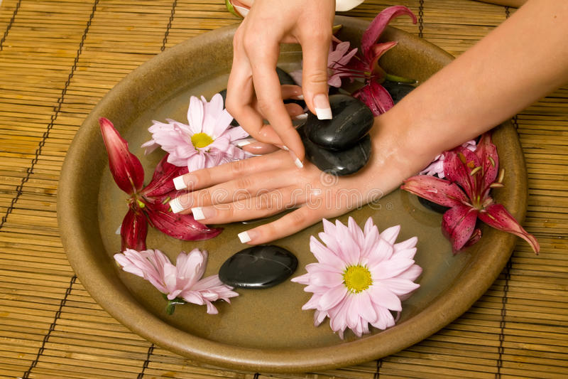 Hände der Frau im Wasser lizenzfreies stockfoto