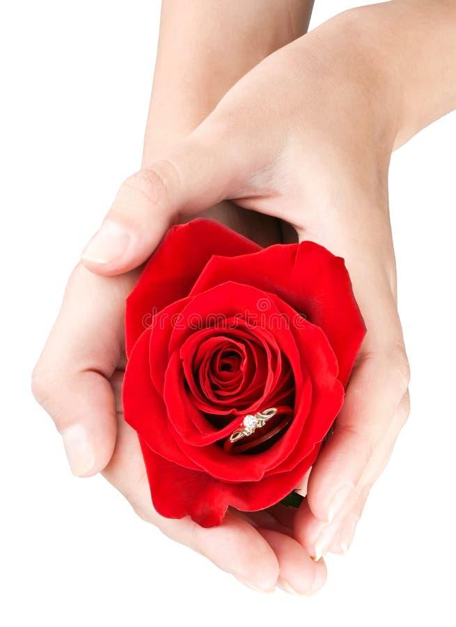 Hände der Frauen mit Geschenk von Rosafarbenem und von Schmucksachen lizenzfreie stockfotografie