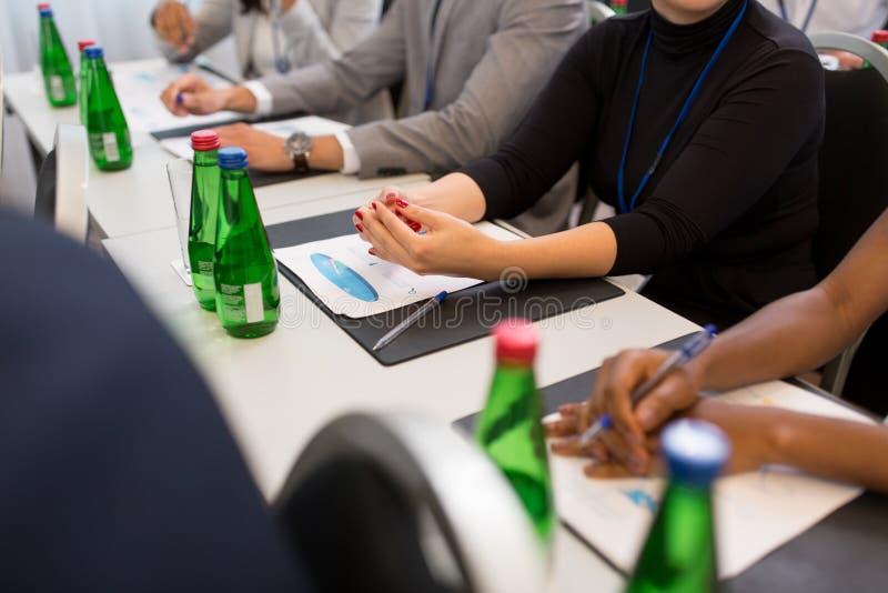 Hände der Geschäftsfrau bei der Geschäftskonferenz stockfotos