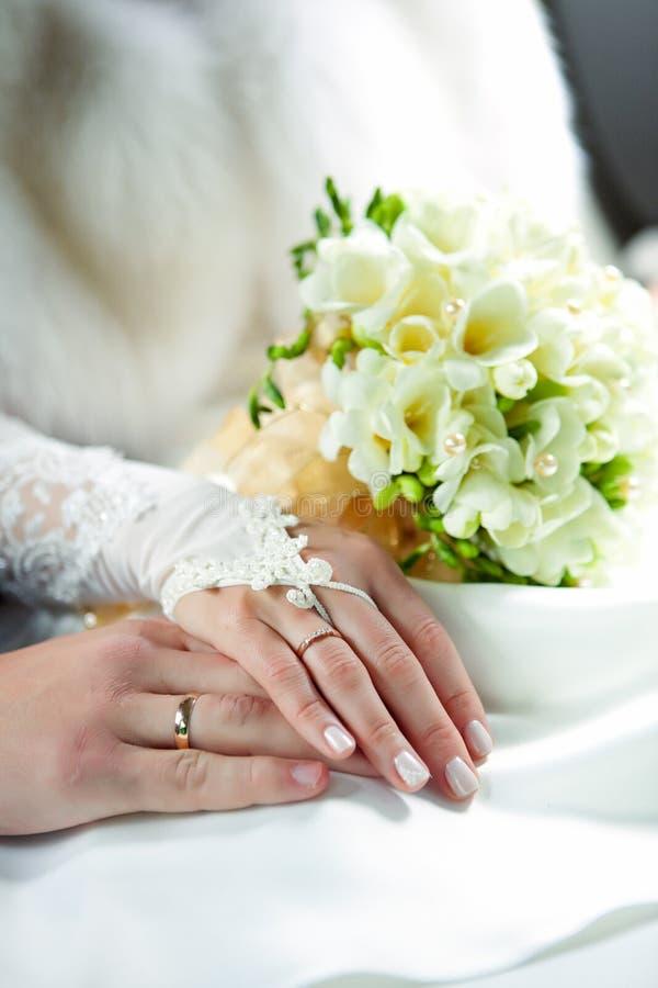 Hände der Jungvermählten lizenzfreie stockfotos