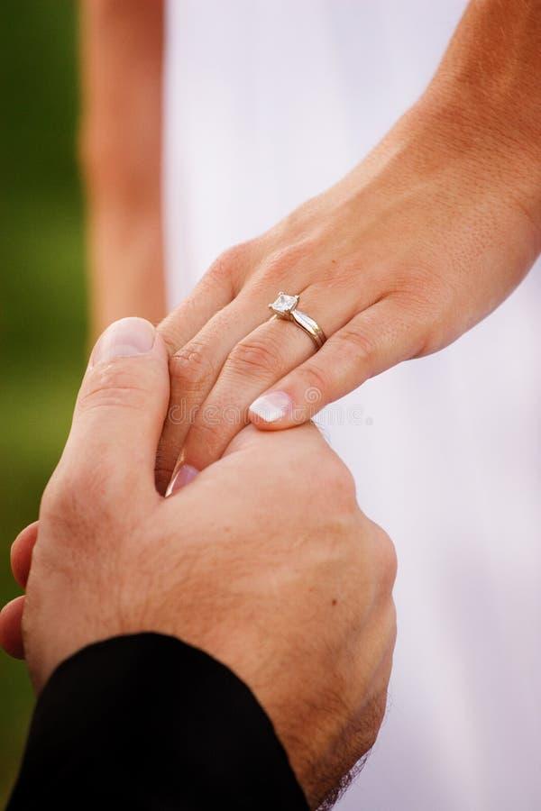 Hände der Jungvermähltenpaare stockfoto